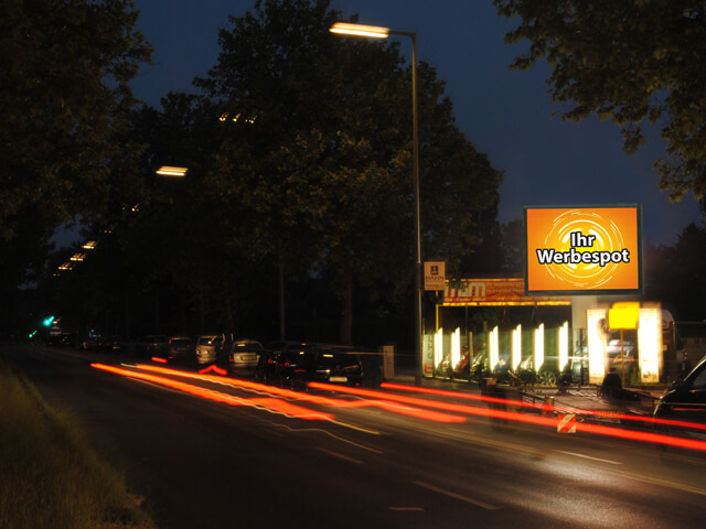 Charlottenburger Chaussee in Berlin mit Videoboard